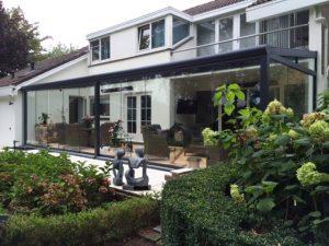 171 Gumax terrasoverkapping modern mat antraciet met glazen schuifdeuren